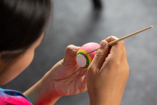 I giovani stanno aiutando a preparare le uova per pasqua.