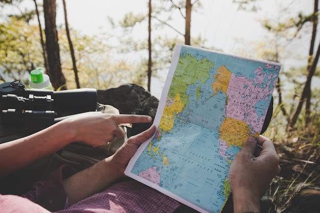 I giovani turisti indicano giù la mappa.