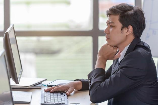 I giovani uomini d'affari sono stressati alla scrivania