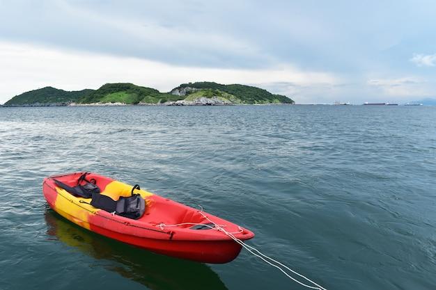 I kayak stanno su una spiaggia sabbiosa in vacanza.