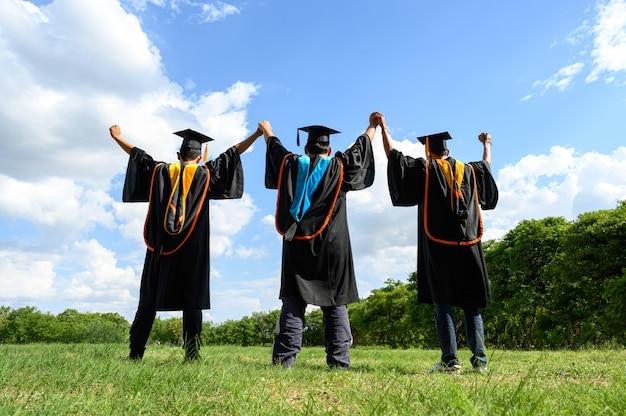 I laureati lanciano cappelli il giorno della laurea all'università.