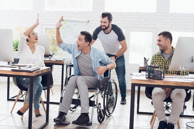 I lavoratori felici si divertono in pausa nell'ufficio moderno.