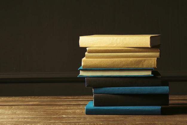 I libri si chiudono su sulla vecchia tavola di legno