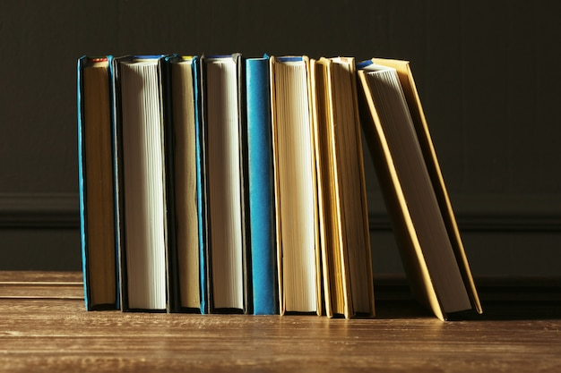 I libri si chiudono su vecchia tavola di legno