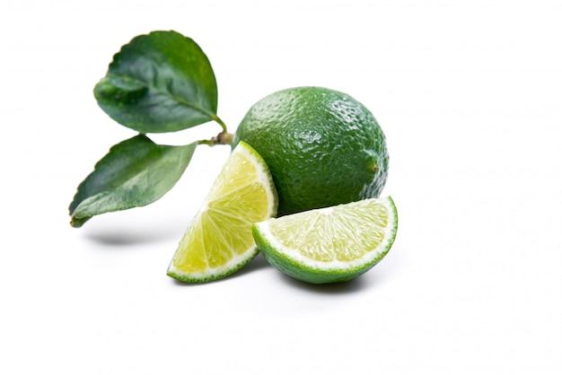 I limoni verdi sono acidi e senza semi, adatti alla cottura.