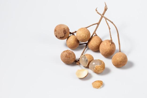 I logan fruttificano in alimento fresco delizioso del sud-est asiatico su fondo bianco, frutta dell'isolato nel logan di chiamata della tailandia