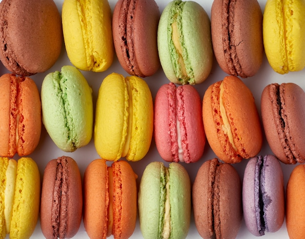 I macarons multicolori al forno rotondi si trovano in una riga
