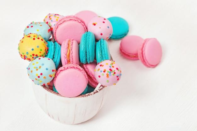 I maccheroni e gli schiocchi rosa e blu del dolce si chiudono su. dessert dolce per la festa. gustosi biscotti alle mandorle. copia spazio.