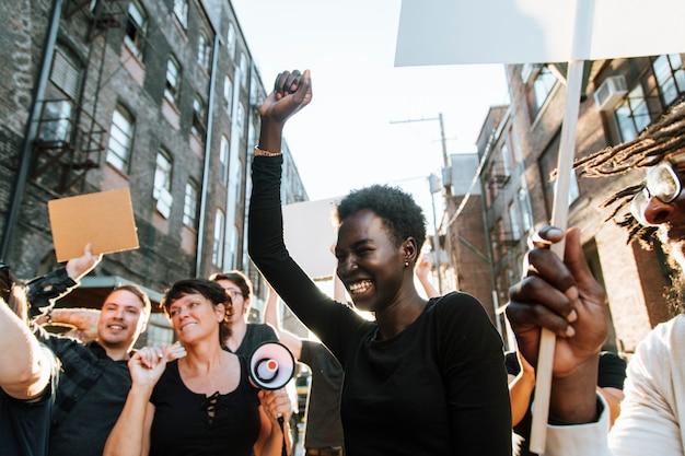 I manifestanti estatici marciando attraverso la città