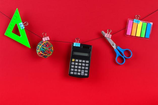 I materiali scolastici sono appesi alla corda.
