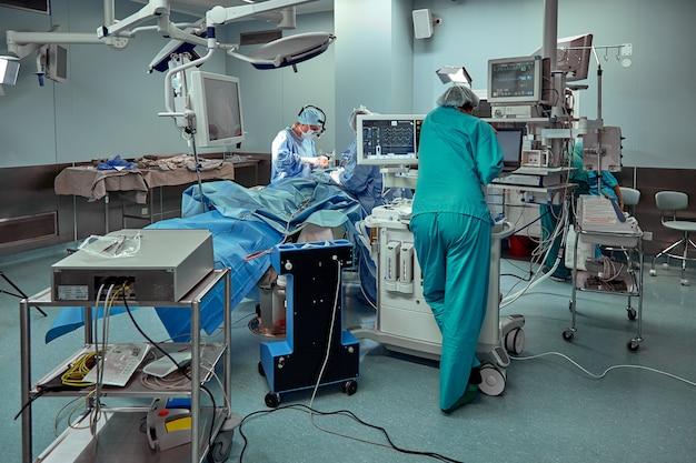 I medici e le infermiere fanno brainstorming sulla chirurgia assistita