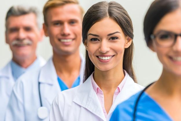 I medici guardano la telecamera e sorridono.
