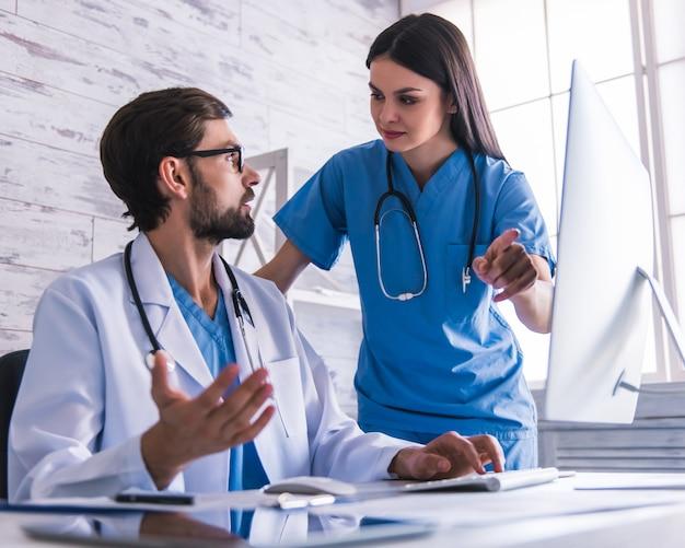I medici stanno usando un computer e stanno discutendo.