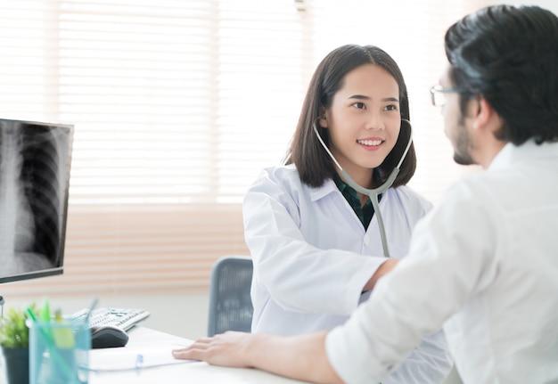 I medici stanno usando uno stetoscopio per controllare i polmoni e il cuore.