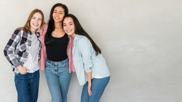 I migliori amici in jeans e camicie in posa in studio