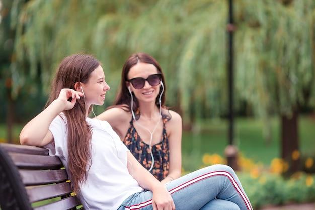 I migliori amici seduti su una panchina in un parco estivo