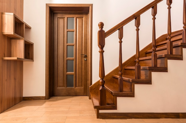 I moderni rovere marrone scale di legno e porte in nuovi interni casa ristrutturata