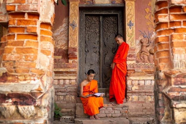 I monaci buddisti stanno leggendo l'apprendimento dei novizi.