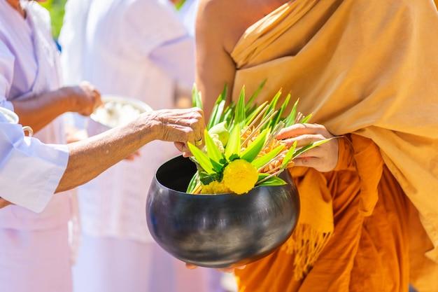 I monaci del buddista sangha (dare l'elemosina a un monaco buddista),