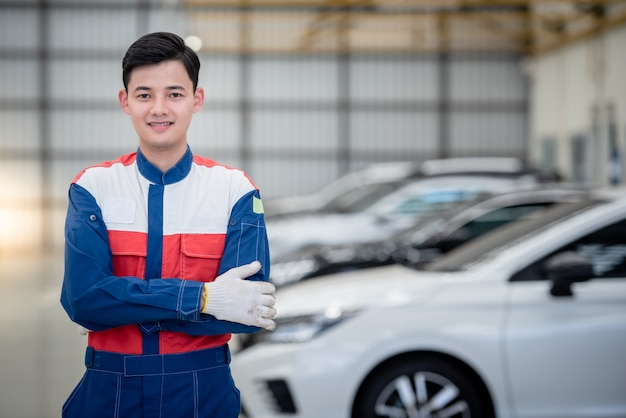 I motociclisti asiatici indossano tute da corsa in officine e centri di riparazione auto.
