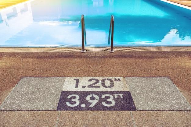 I numeri sul bordo della piscina indicano la profondità della piscina per avvertenze di sicurezza