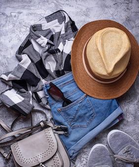 I pantaloni a vita bassa delle ragazze hipsters equipaggiano su fondo grigio