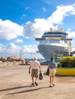I passeggeri della crociera ritornano alle navi da crociera