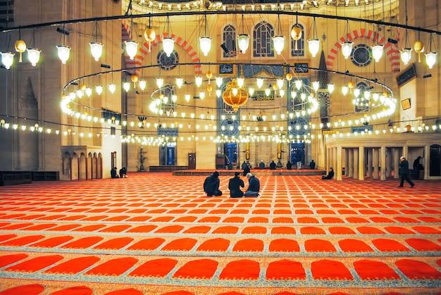 I pellegrini ortodossi hanno visitato la moschea aya sophia a natale.