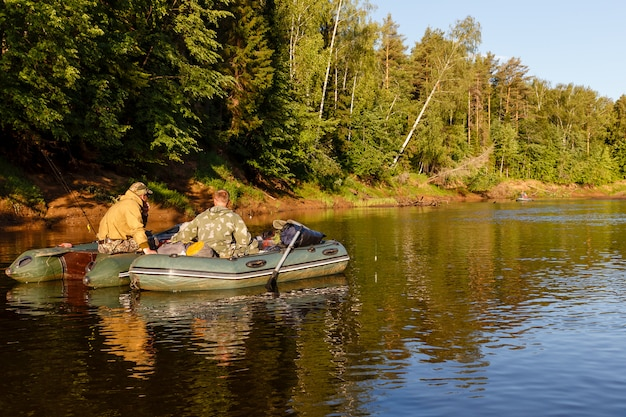 I pescatori pescano con un gommone