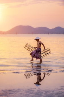 I pescatori stanno studiando le attrezzature utilizzate nel lago songkhla