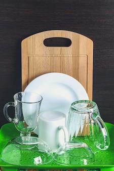 I piatti puri sono asciugati. un bicchiere, una tazza, una tavola, un piatto, posate.