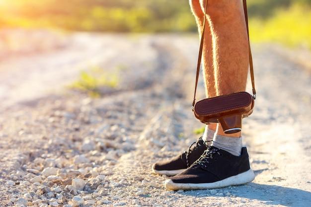 I piedi equipaggiano e turismo all'aperto di viaggio di stile di vita di viaggio della macchina fotografica della retro annata e di concetto della foto