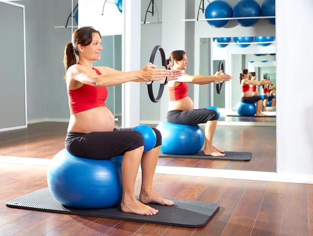 I pilates della donna incinta esercitano l'anello magico