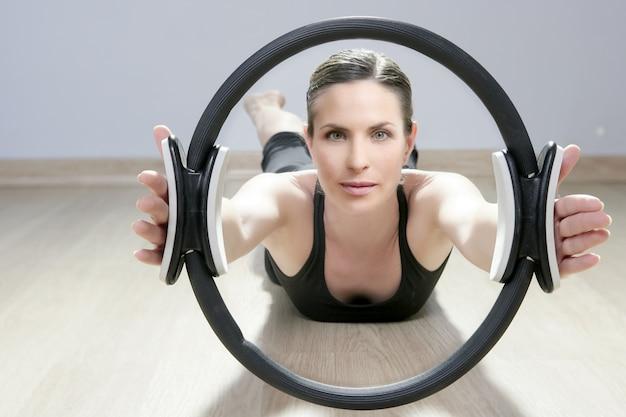I pilates magici circondano la palestra sportiva di aerobica della donna