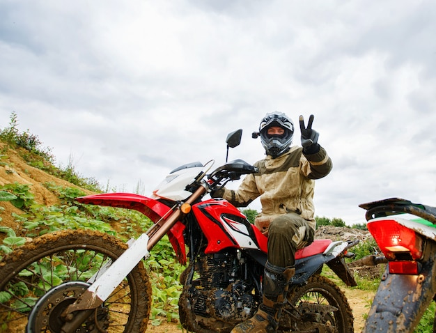 I piloti di motocross sul paesaggio