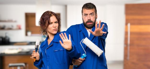 I pittori sono un po 'nervosi e spaventati e allungano le mani verso la parte anteriore della casa