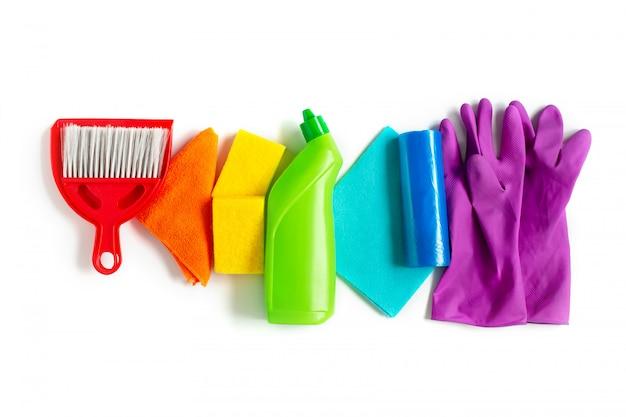 I prodotti di pulizia hanno messo dei colori dell'arcobaleno isolati su fondo bianco