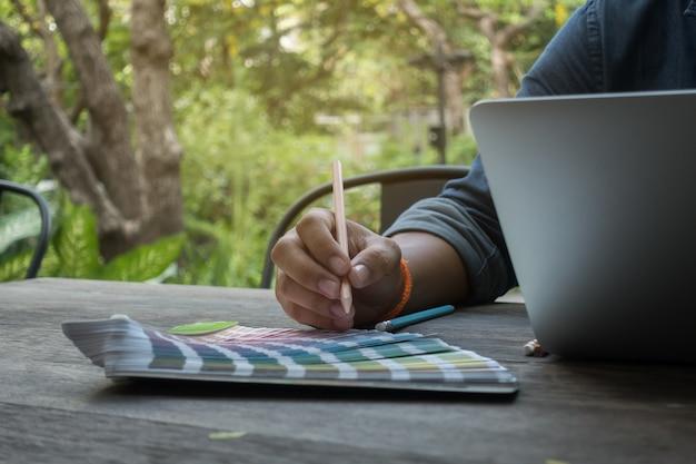 I progettisti utilizzano pantone e notebook per lavoro