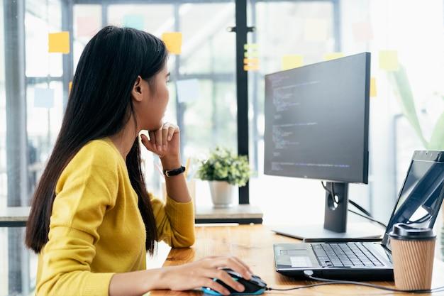 I programmatori e i team di sviluppatori stanno programmando e sviluppando software