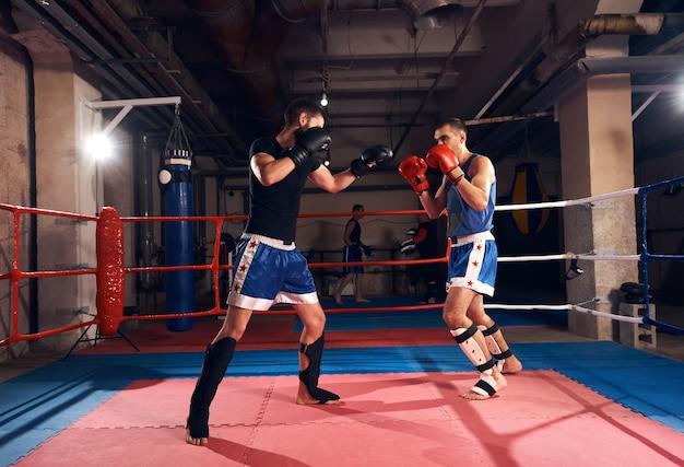 I pugili allenano kickboxing sul ring del centro benessere