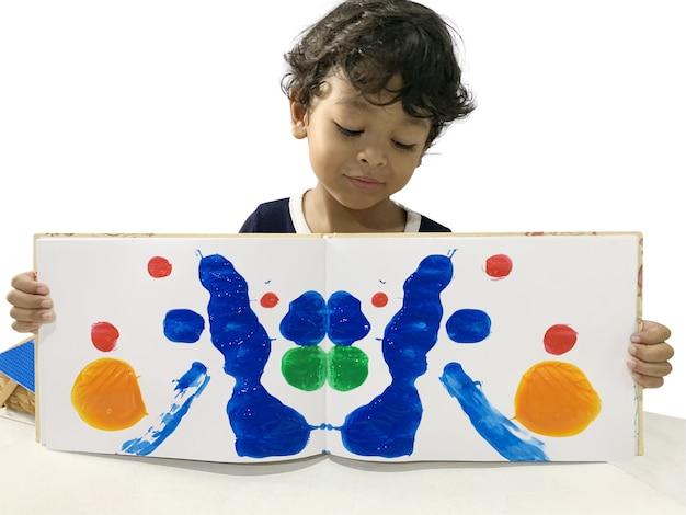 I ragazzi asiatici mostrano arte usando la vernice sul libro