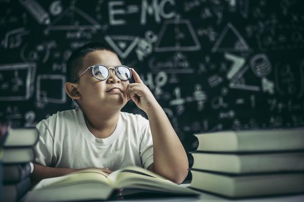 I ragazzi con gli occhiali scrivono libri e pensano in classe