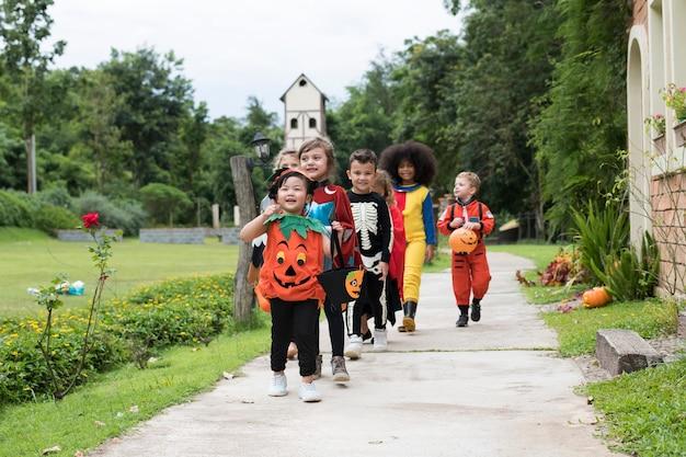 I ragazzini scherzano o scherzano durante halloween