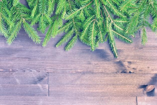 I rami di abete verde. copi lo spazio su fondo di legno scuro. layout festivo.
