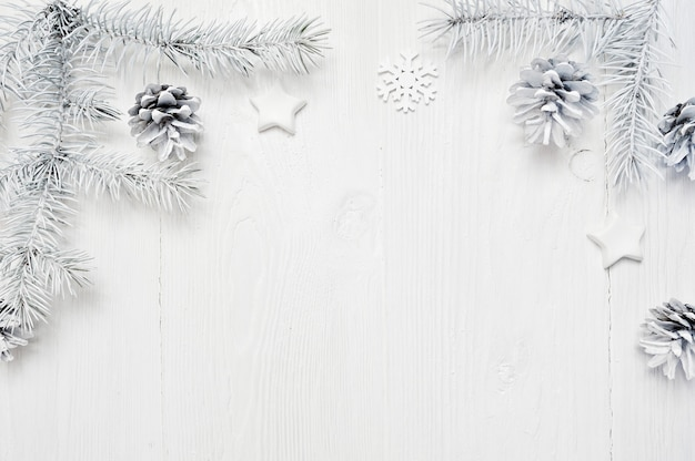 I rami di albero bianco della struttura di natale rasentano il fondo di legno