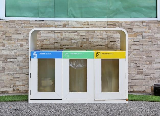 I recipienti colorati differenti hanno messo con l'icona residua, riciclano il concetto