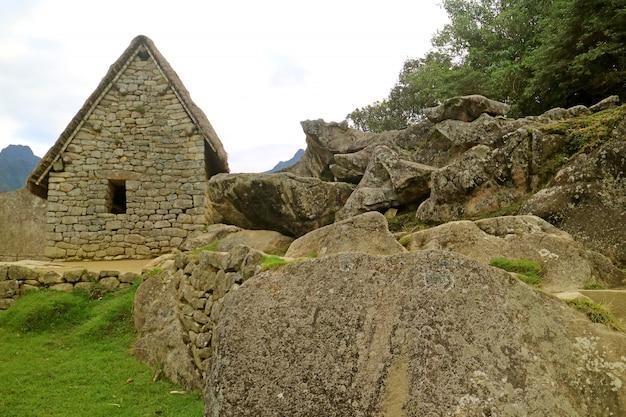 I resti dell'antica costruzione nella cittadella inca di machu picchu, provincia di urubamba, regione di cusco, perù
