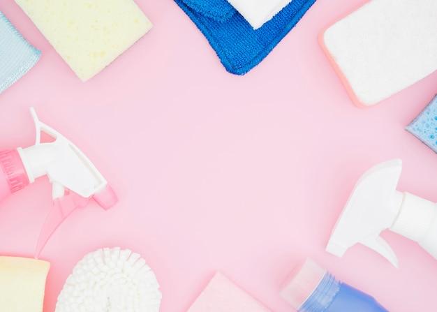 I rifornimenti dei cosmetici con lo spazio della copia su fondo rosa