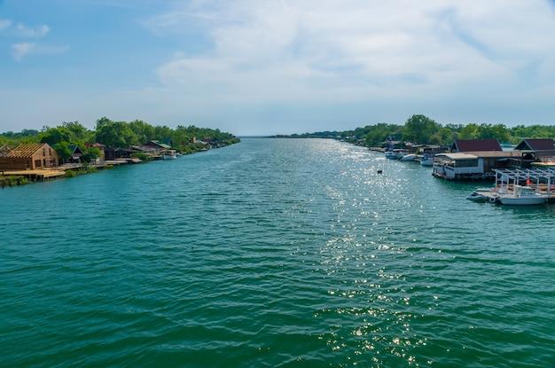 I ristoranti galleggianti invitano i turisti a mangiare gustosi piatti di pesce.