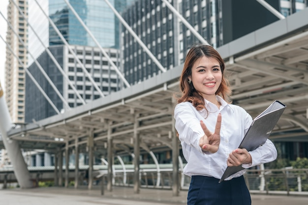 I ritratti di bella donna asiatica sembrano allegri e la fiducia è in piedi